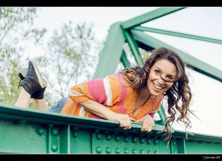 Vanessa Fernández Nutriverssa feliz en el puente